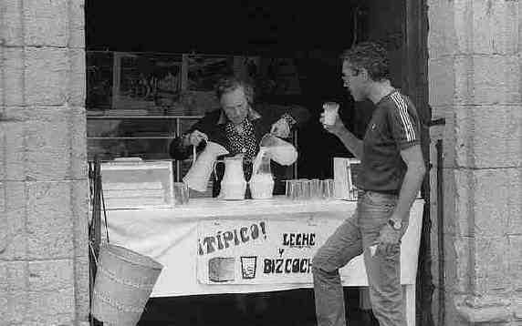 visitar santillana del mar y merendar leche con bizcocho